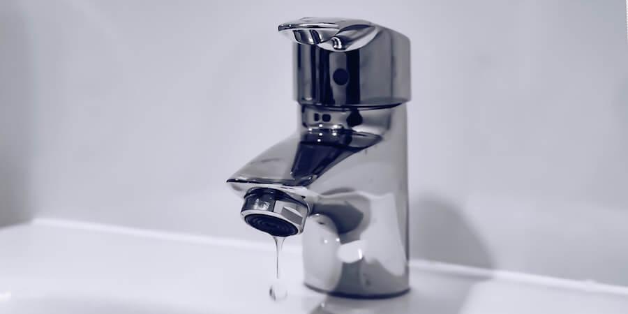 Robinet de lavabo avec une goutte d'eau qui coule