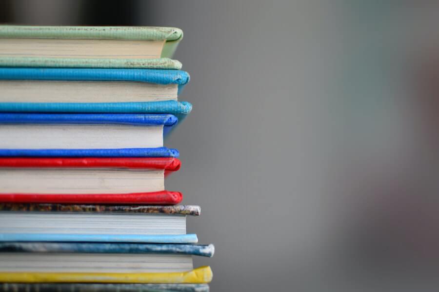 Pile de livres de plusieurs couleurs