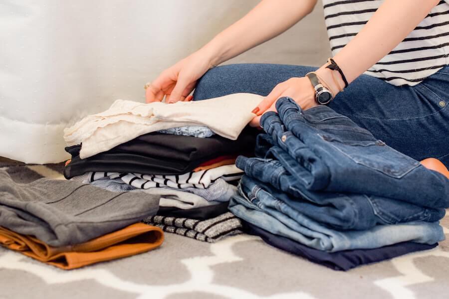 Femme en train de trier ses vêtements