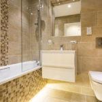Mosaïque murale marron et beige dans salle de bain moderne