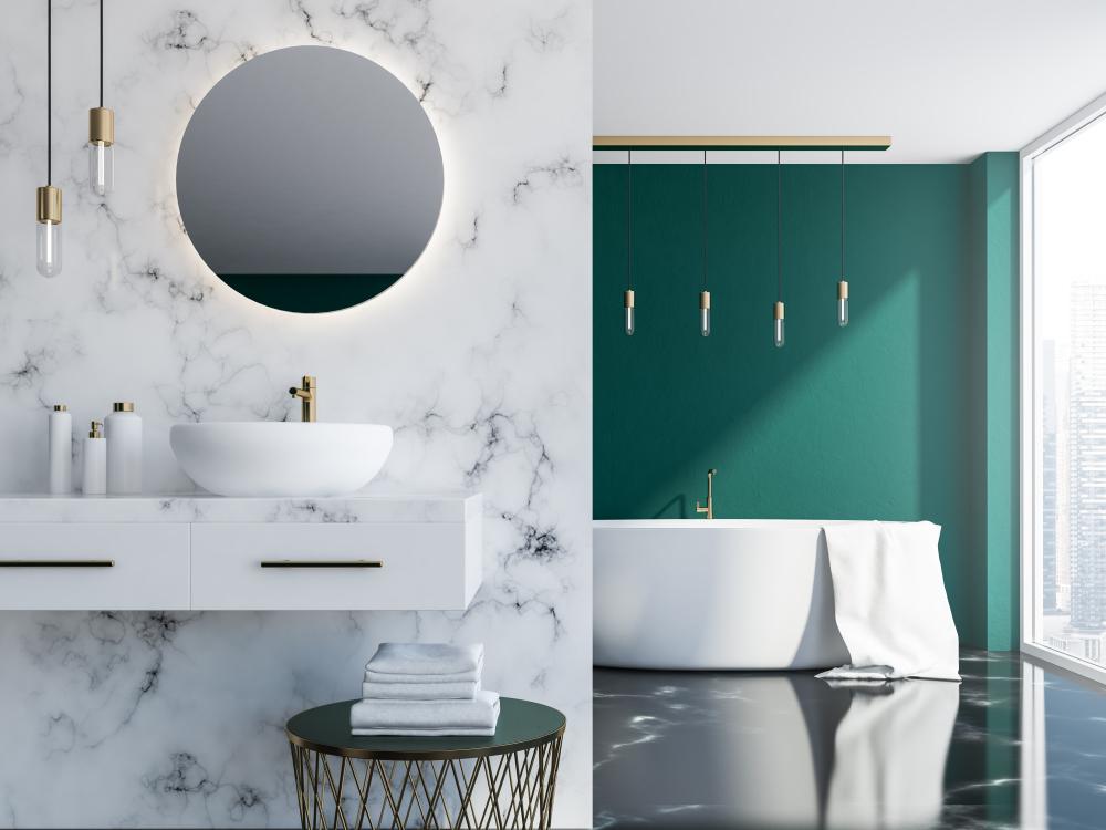 Salle de bain avec marbre blanc et loft vert foncé avec évier, miroir rond et baignoire près d'une fenêtre