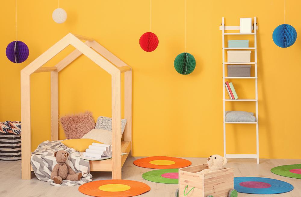Chambre d'enfants avec murs jaunes