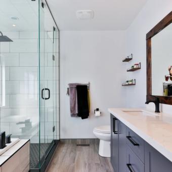 Une salle de bain équipée