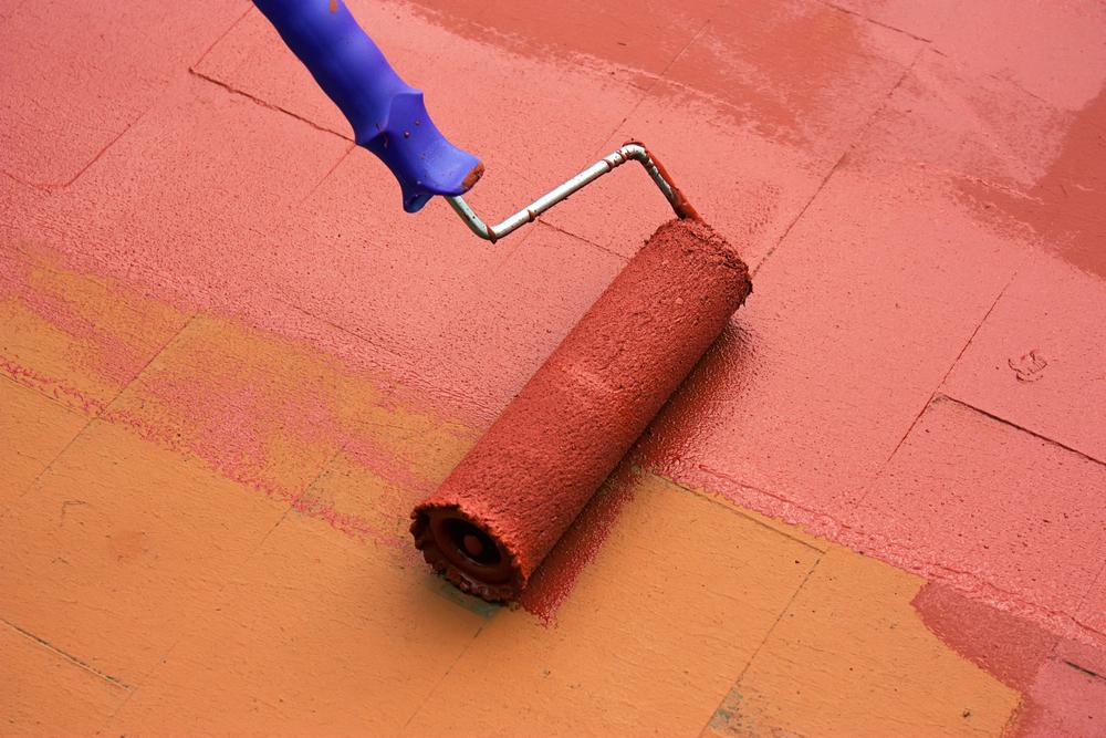 Application de peinture rouge au rouleau