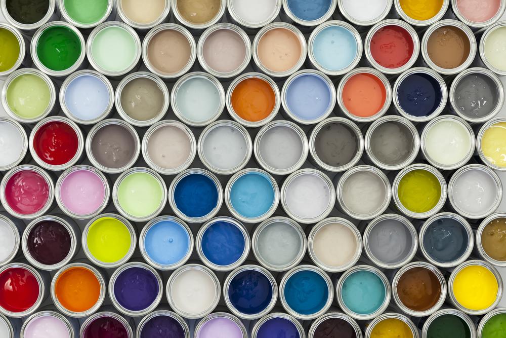 Pots de peinture de toutes les couleurs vus du dessus