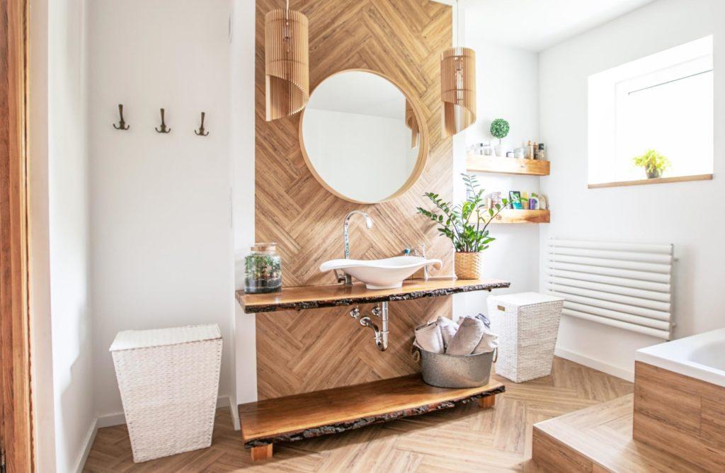 Des accessoires dans une salle de bain