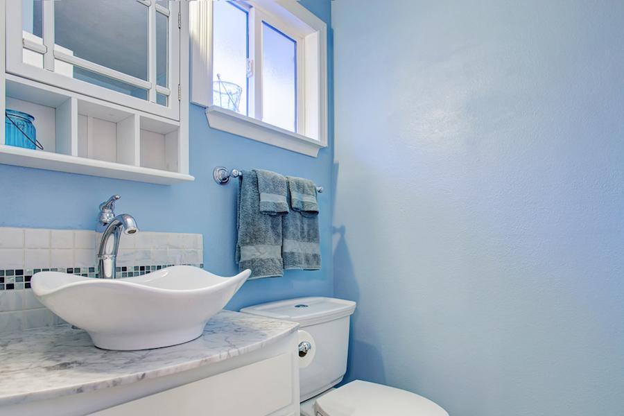Salle de bain Feng Shui avec murs bleus