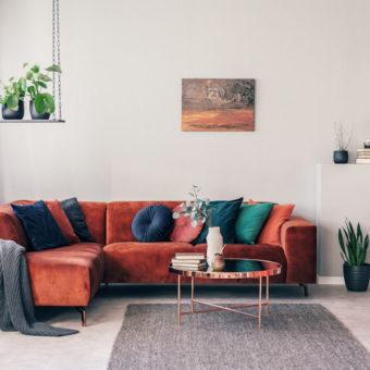 Salon Feng Shui avec canapé rouge