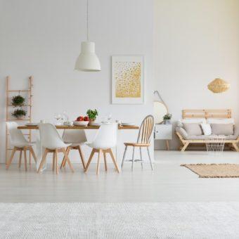 Un salon et une salle à manger bien éclairés