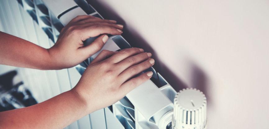 Deux mains contre un radiateur