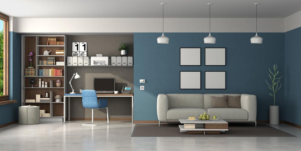 Un espace bureau dans le salon, délimité par la couleur