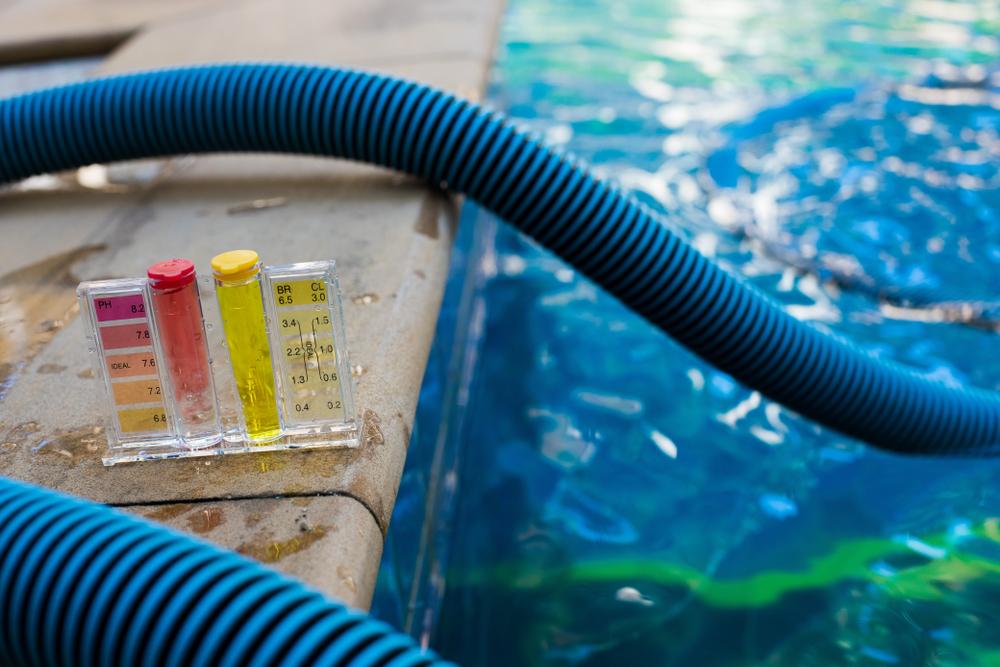 Un kit pour tester le pH de l'eau de la piscine
