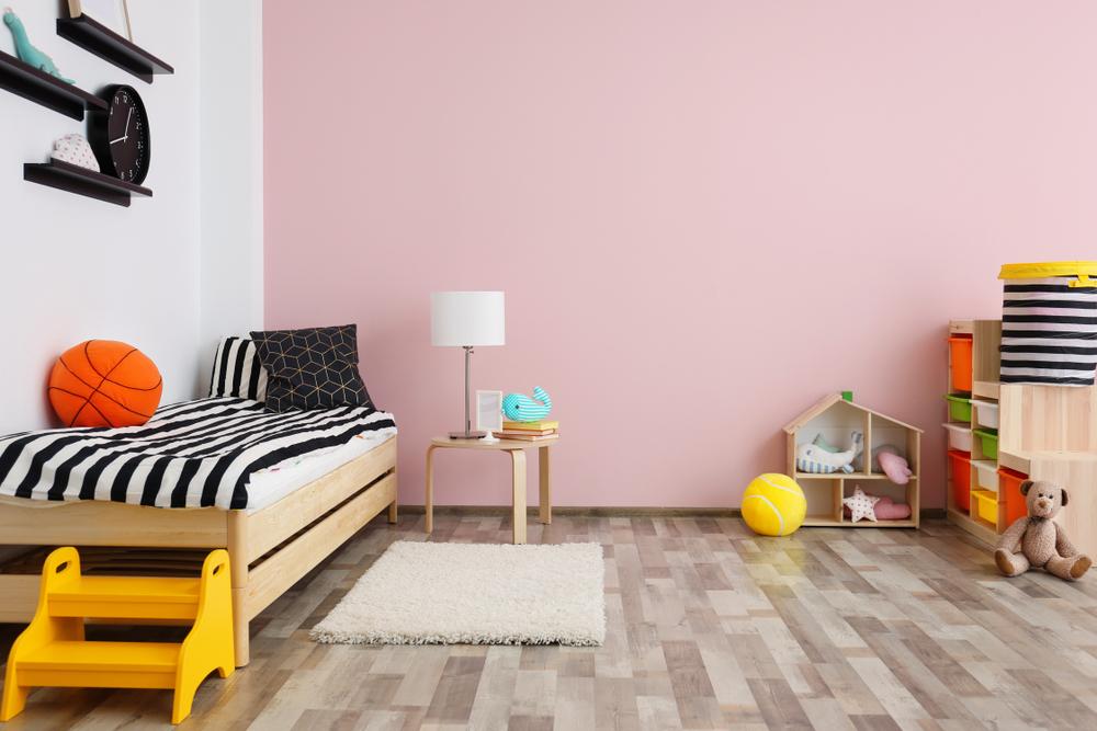 Chambre d'enfant avec mur rose pastel