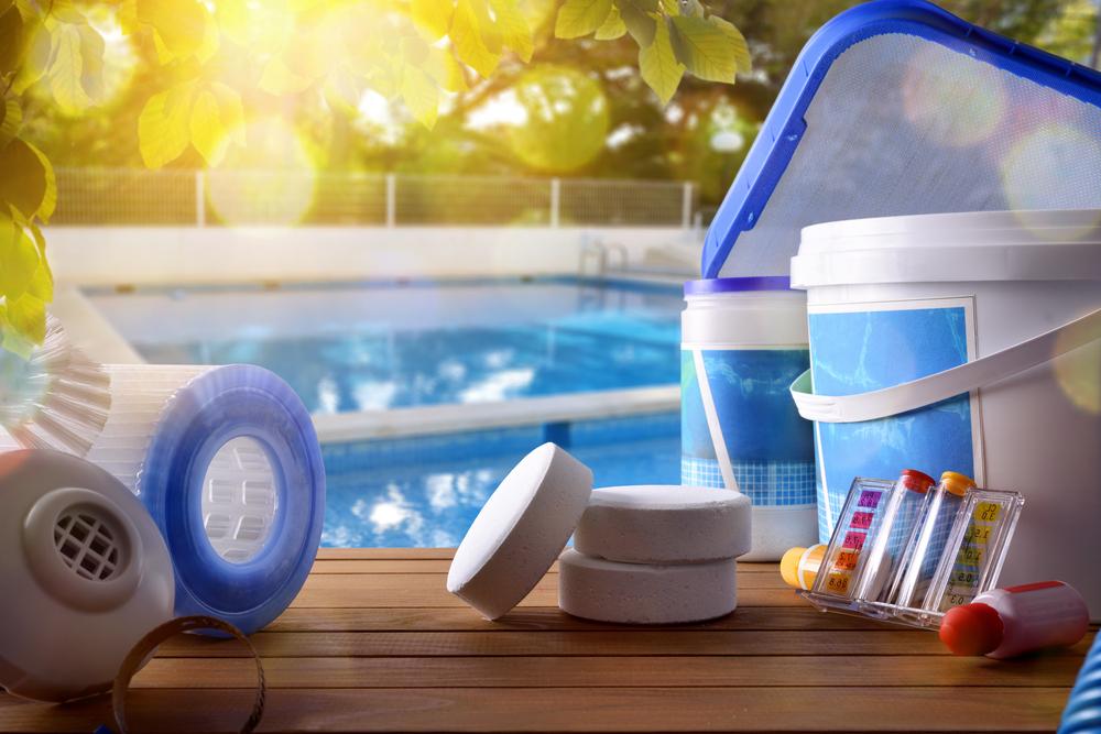 Kit avec produits et outils de nettoyage chimiques pour piscine