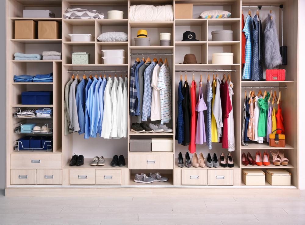 Grande penderie avec différents vêtements pour le dressing
