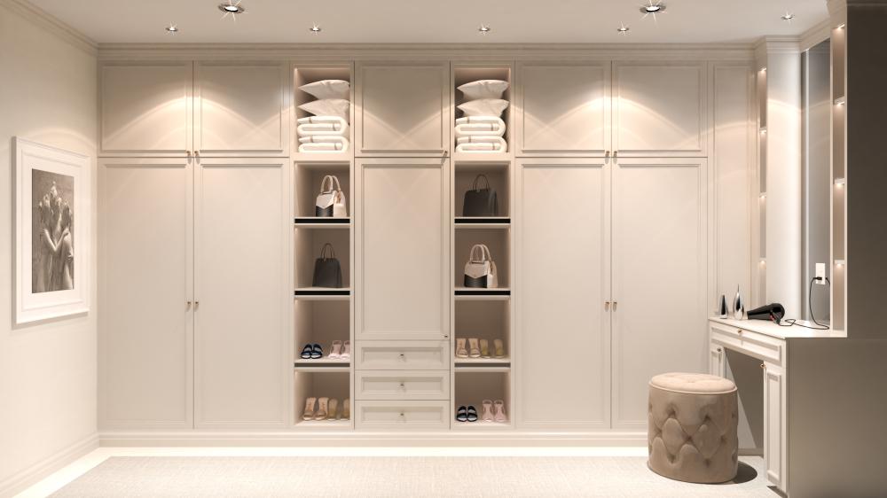 Pièce dressing de luxe avec éclairages au plafond, petit siège et prise électrique pour brancher un sèche-cheveux par exemple